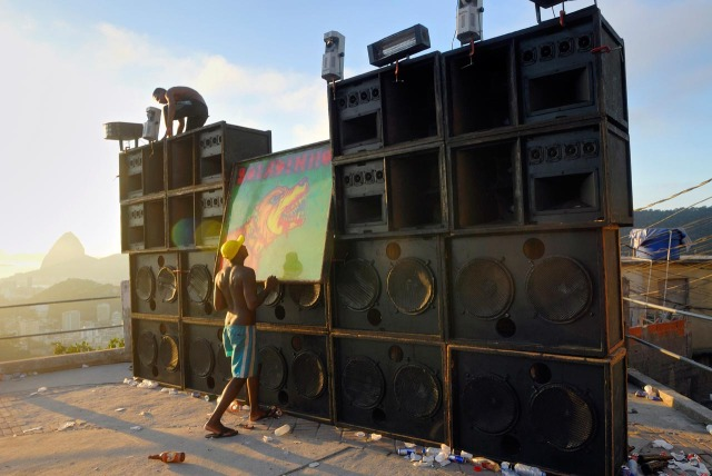 A typical Baile funk soundsystem.