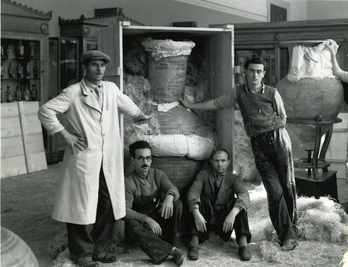 Image 4: Vases were placed in crates and protected by waxed and tarred paper. © National Archaeological Museum