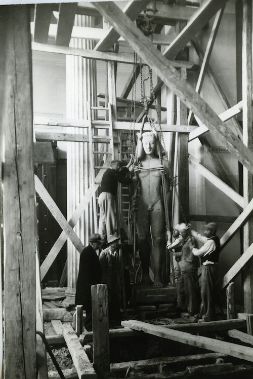 Image 3: Preparing to bury the large Sounion Kouros. © National Archaeological Museum