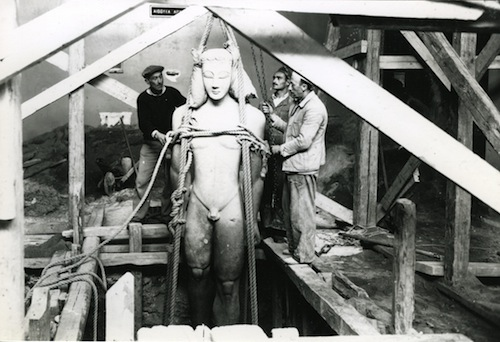 Image 1: Preparing to bury the large Sounion Kouros. © National Archaeological Museum