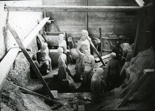Image 6: Statues placed standing next to each other before the ditch is filled with sand.  © National Archaeological Museum