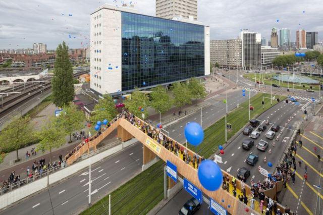 The crowdfunded Luchtensingesl Bridge in Rotterdam.